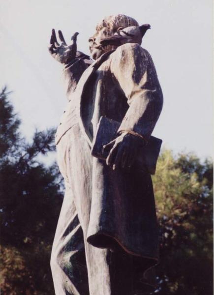 6. Estatua Castelar con paloma