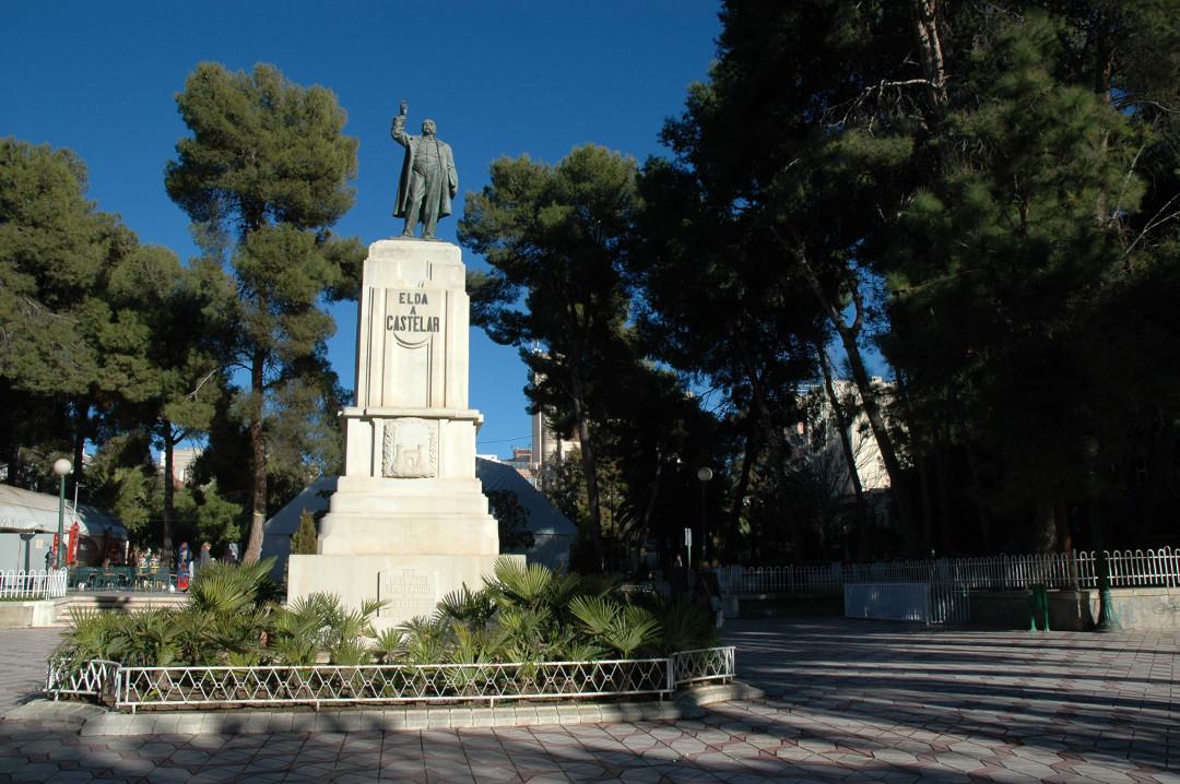 6. Estatua con fondo de pinos