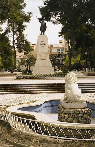 6. Leon y estatua Castelar