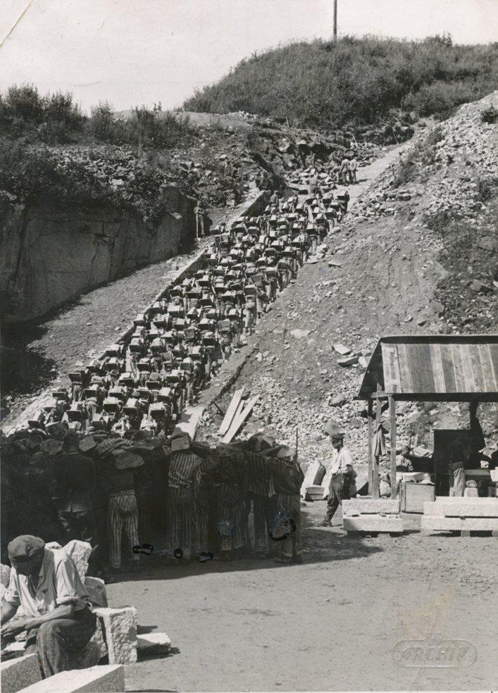 """Las famosas """"escaleras de la muerte"""" de Mauthausen por las que los reos acarreaban la piedra de la cantera. Fuente: Bundesarchiv Bild 192-269, KZ Mauthausen, Häftlinge im Steinbruch.jpg"""